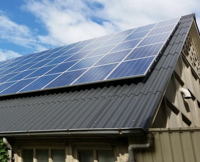 Zonnepanelen op schuur met golfplaat dak